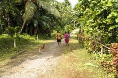 Женщины и ребенок на пути к церков западной Папуа Стоковая Фотография RF
