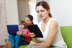 2 женщины и ребенок с электронными устройствами Стоковые Фото