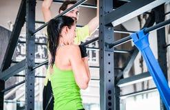 Женщины и тренировка человека в клетке для лучшего фитнеса Стоковые Изображения