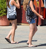 Женщины идут на улицу Стоковые Изображения RF