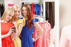 Женщины идут ходить по магазинам совместно Стоковое Фото