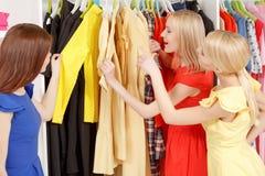 Женщины идут ходить по магазинам совместно Стоковая Фотография