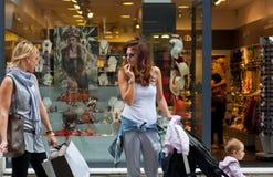 2 женщины идут ходить по магазинам Стоковое Изображение