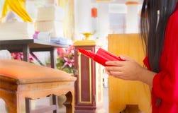 Женщины и хи-хи вставляют, китайский прогноз удачи Стоковые Фотографии RF