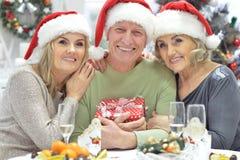 Женщины и человек празднуя рождество Стоковое Фото