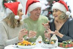 Женщины и человек празднуя рождество Стоковая Фотография RF