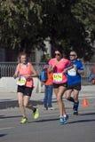 Женщины и человек Marathoner Марафон Москвы Стоковая Фотография
