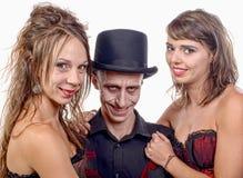 2 женщины и человек в вампире маскировки Стоковые Фото