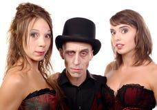 2 женщины и человек в вампире маскировки Стоковые Изображения