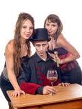 2 женщины и человек в вампире маскировки Стоковое Фото