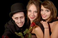 2 женщины и человек в маскировке хеллоуине Стоковые Изображения RF
