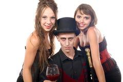 2 женщины и человек в маскировке хеллоуине Стоковое Изображение