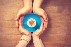 Женщины и человек держа чашку кофе Стоковая Фотография