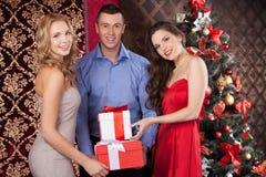 Женщины и человек Wo счастливые держа подарочные коробки Стоковое Изображение