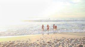 4 женщины идя вверх по пляжу акции видеоматериалы