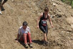 2 женщины идя вниз на крутой склон Стоковая Фотография RF