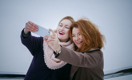 2 женщины идя вокруг обваловки День, внешний Стоковые Изображения
