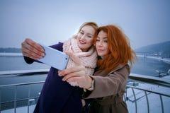 2 женщины идя вокруг обваловки День, внешний Стоковое фото RF