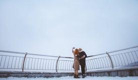 2 женщины идя вокруг обваловки Стоковые Фото