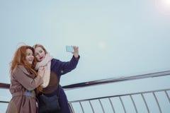 2 женщины идя вокруг обваловки Стоковая Фотография