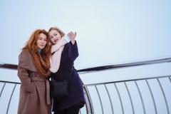 2 женщины идя вокруг обваловки Стоковое фото RF