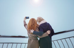 2 женщины идя вокруг обваловки Стоковые Фотографии RF