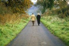 2 женщины идя в английскую сельскую местность Стоковые Фото