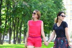 2 женщины идя в город лета Стоковые Фото