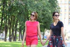 2 женщины идя в город лета Стоковое Фото
