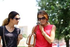 2 женщины идя в город лета Стоковая Фотография RF