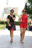 2 женщины идя в город лета Стоковые Фотографии RF