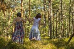 2 женщины идя в лес Стоковая Фотография