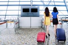 2 женщины идя в крупный аэропорт Стоковое Изображение