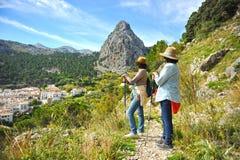 2 женщины идя вдоль природного парка Сьерры de Grazalema, провинции Кадиса, Испании Стоковая Фотография
