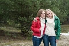 2 женщины идя в древесины Стоковая Фотография