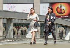 Женщины идя в торговый район, Пекин, Китай Стоковые Фотографии RF