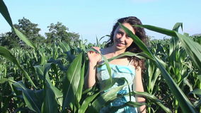 Женщины идя в cornifeld сток-видео