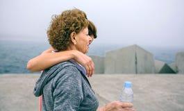 2 женщины идя морским путем пристань Стоковая Фотография RF