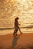2 женщины идя на золотой пляж Стоковое Изображение RF