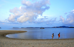 2 женщины идя на золотые пляжи Стоковые Фотографии RF
