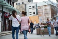 2 женщины идя на улицу азиатского города Стоковое Фото