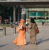 Женщины идя на улицу в Куалае-Лумпур, Малайзии Стоковые Изображения