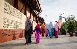 Женщины идя на улицу в центре города в городе Малаккы, Малайзии Стоковые Изображения