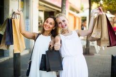 Женщины идя с хозяйственными сумками Стоковая Фотография