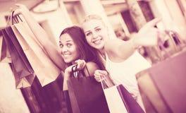 Женщины идя с хозяйственными сумками Стоковое Фото