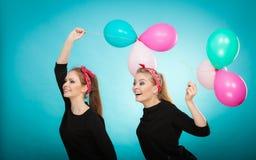 Женщины как маленькие девочки хотят муху прочь воздушными шарами Стоковые Изображения RF