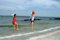 женщины каникулы пляжа старшие стоковые изображения