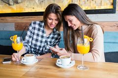 женщины кафа молодые Стоковые Фотографии RF
