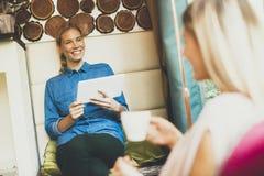 женщины кафа молодые Стоковое Фото