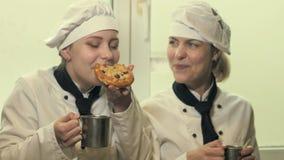 2 женщины кашевара имея потеху в кухне акции видеоматериалы
